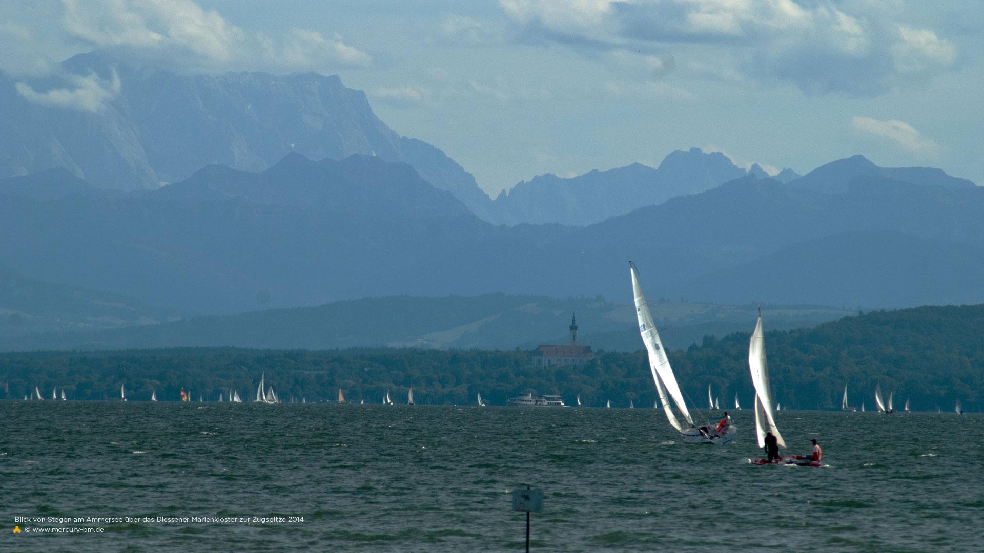 Alpenblick auf den Ammersee mit Segelbooten über Diessen zur Zugspitze