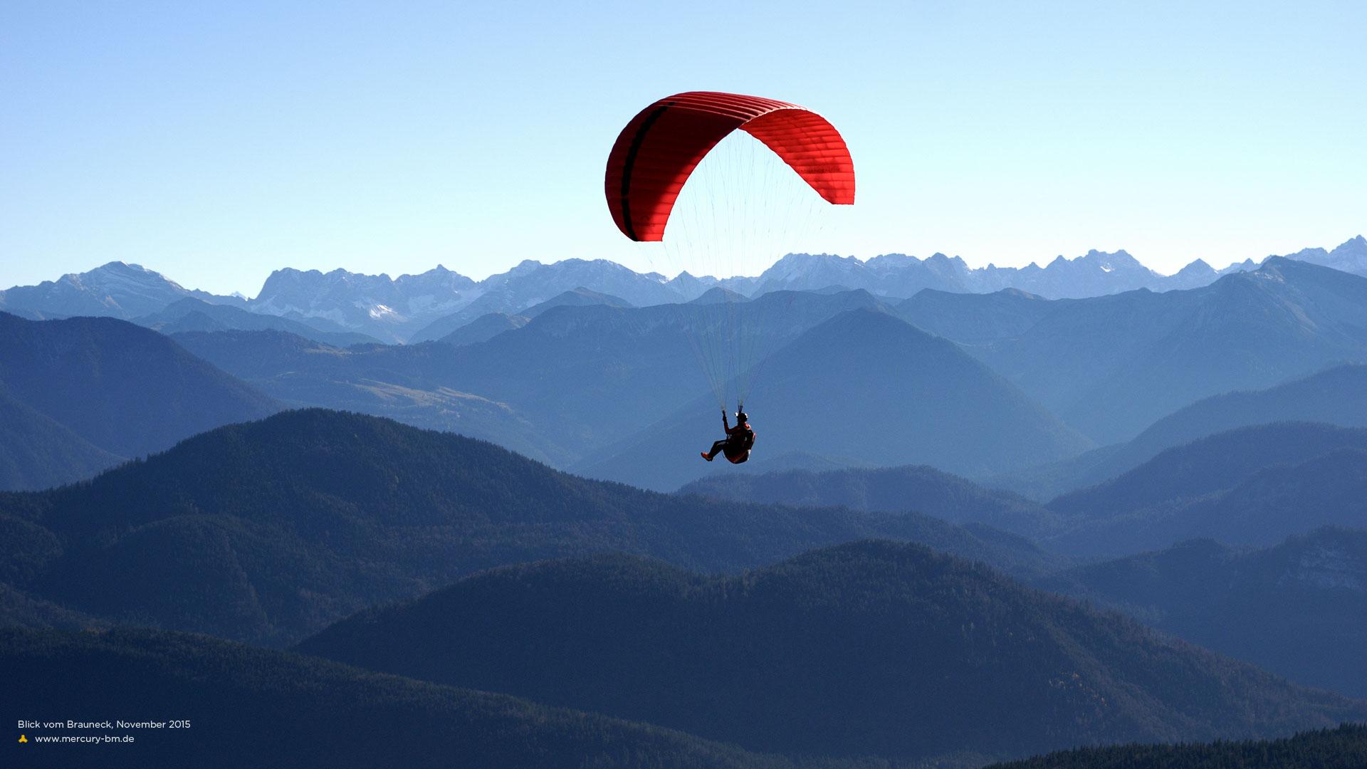 Gleitschirm vor Alpenpanorama