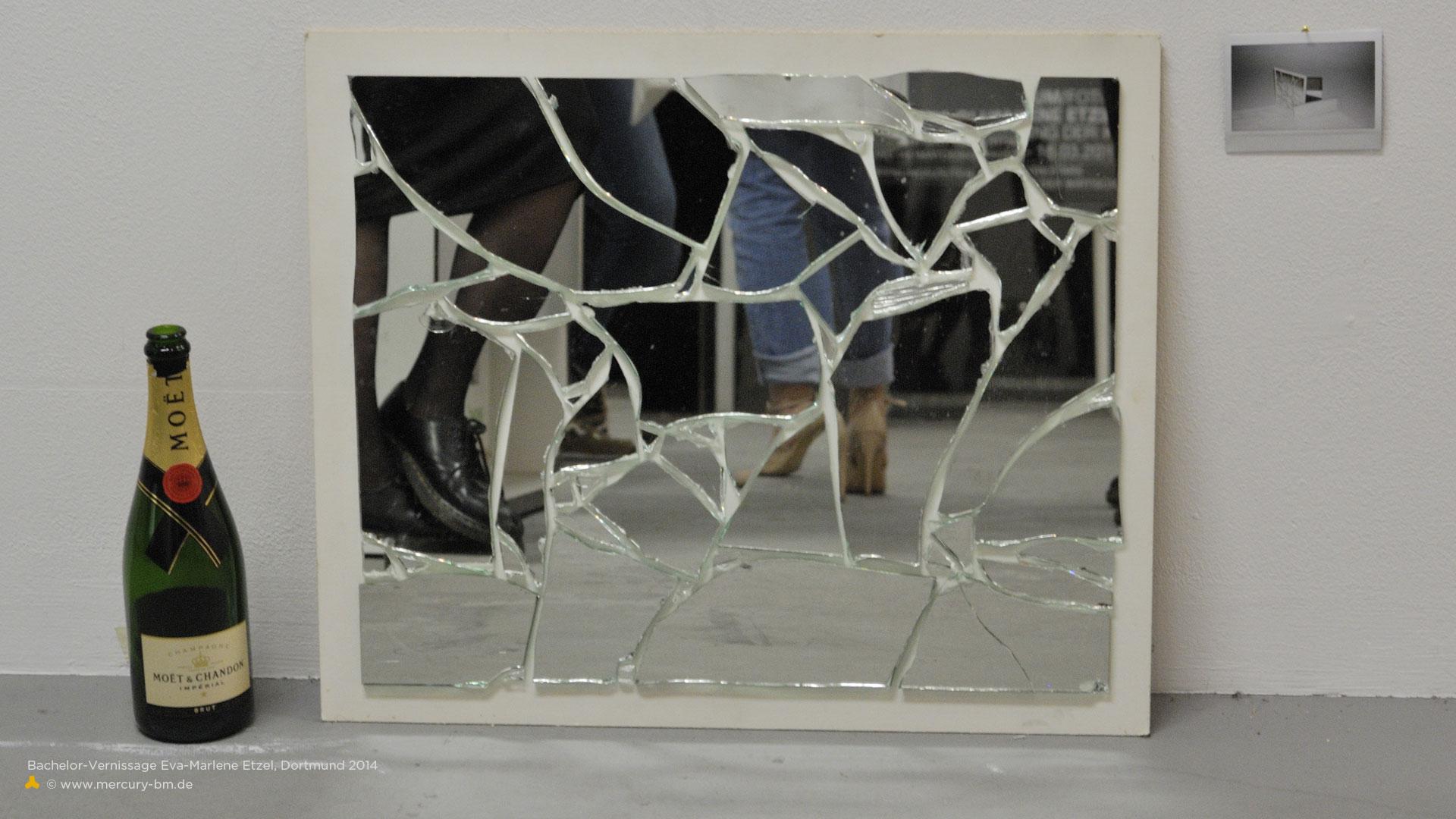 Ausstellung mit zerbrochenem Spiegel, der Frauenbeine reflektiert