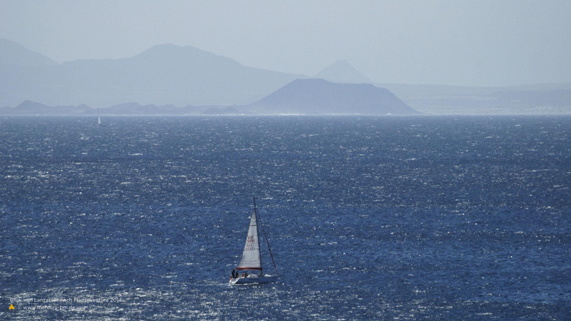 >Segelboot kreuzt vor Fuerte Ventura