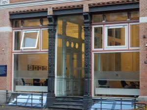 Modern facade at Kleine Reichenstraße in Hamburg 4:3